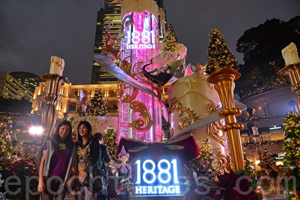 聖誕節即將到來,香港各大商場早已布置好各種美麗的聖誕裝飾和聖誕樹景色。圖為尖沙咀1881。(宋祥龍/大紀元)