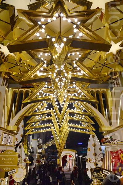 香港許多人潮聚集的地方,布置各種美麗的裝飾迎接聖誕節和新年。圖為尖沙咀一商場內的裝飾。(宋祥龍/大紀元)