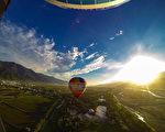 台东县政府推出热气球迎曙光活动专案,让民众升空迎接2015年第一道曙光。(台东县政府提供)