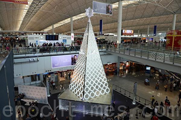 香港許多人潮聚集的地方,布置各種美麗的裝飾迎接聖誕節和新年。圖為香港機場。(宋祥龍/大紀元)