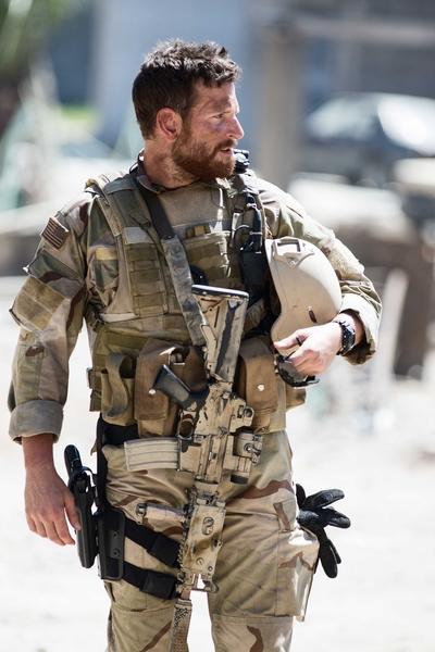 《美国狙击手》剧照。(华纳兄弟提供)