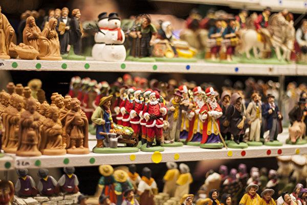 香榭丽舍大街两边的圣诞市场上,到处可见与圣诞节有关的人物塑像,充满了圣诞气氛。(叶萧斌/大纪元)