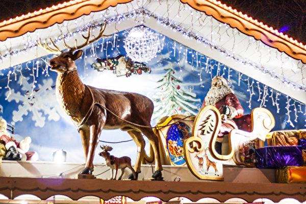 香榭丽舍大街两边的圣诞市场上,商家的小屋装饰着圣诞老人的雕像,挂满了节日彩灯。(叶萧斌/大纪元)