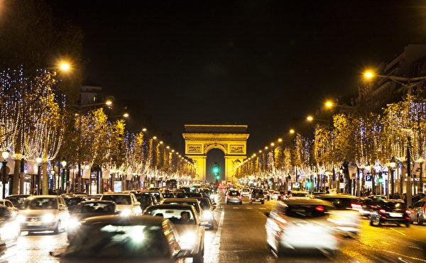 巴黎香榭丽舍大街装点上了圣诞彩灯,充满节日的气氛,让这条大街看起来更加美丽、浪漫。(叶萧斌/大纪元)