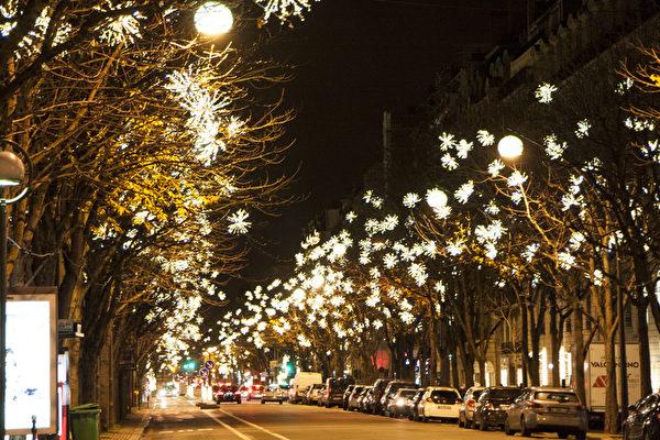 圣诞节期间,巴黎的街头装点上了圣诞彩灯。(叶萧斌/大纪元)