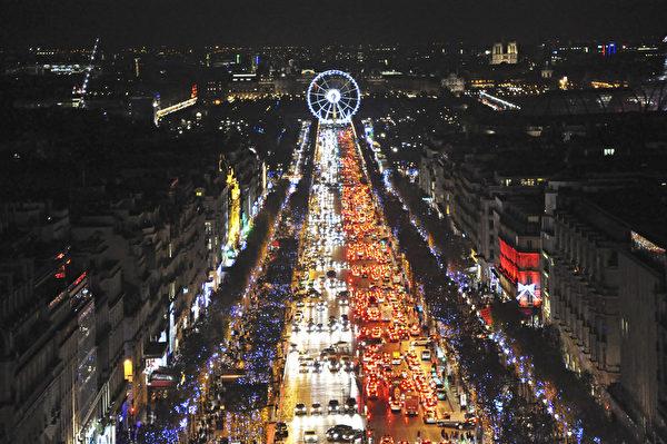 从凯旋门上瞭望灯火辉煌的香榭丽舍大街和位于协和广场的摩天轮。(肖武/大纪元)
