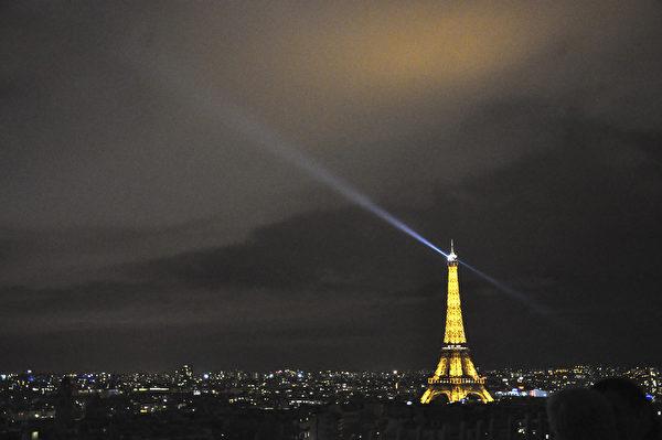 巴黎埃菲尔铁塔装点着金色灯光,将巴黎的夜空照亮。(肖武/大纪元)