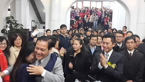 新竹市长林智坚(右二)陪同许明财从礼堂走到市府与所有员工道别。(林宝云/大纪元)