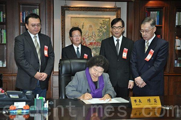 高雄市长陈菊并在就职演说后,批示第一份公文,后排立者为新任副市长,左起:许立明、陈金德及吴宏谋。(李晴玳/大纪元)