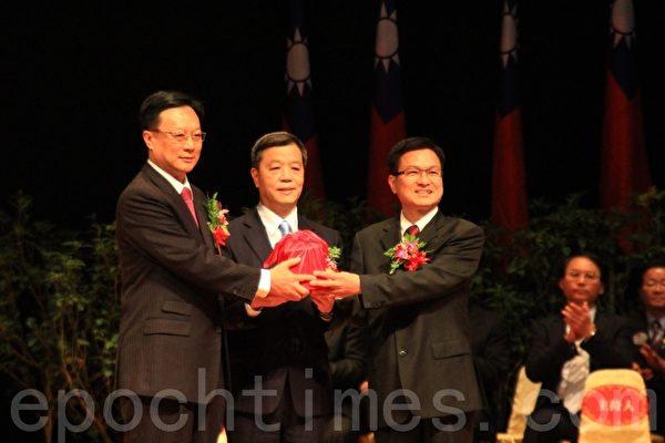 彰化县长魏明谷在行政院劳动部长陈雄文的监交下,从卸任县长卓伯源的手中接下印信。(郭益昌/大纪元)
