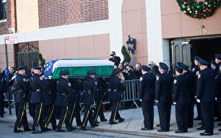 组图:蓝色的海洋 纽约人给遇害警察送葬