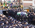 12月27日,万名来自全国各地的警察参加殉职警官拉莫斯的葬礼。(戴兵/大纪元)