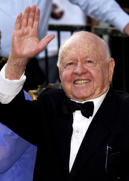 演出生涯达83年、曾主演《玉女神驹》、《蒂凡尼早餐》等经典电影的美国演员米基‧鲁尼于4月7日去世,享年93岁。(Vince Bucci/Getty Images)