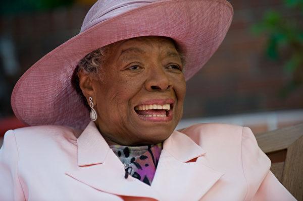 美国著名民权活动家、作家、诗人兼舞者、演员、导演和制片人马娅‧安杰卢于5月28日辞世,享年86岁。(Steve Exum/Getty Images)