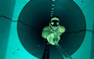 组图:世界最深水池 深不见底