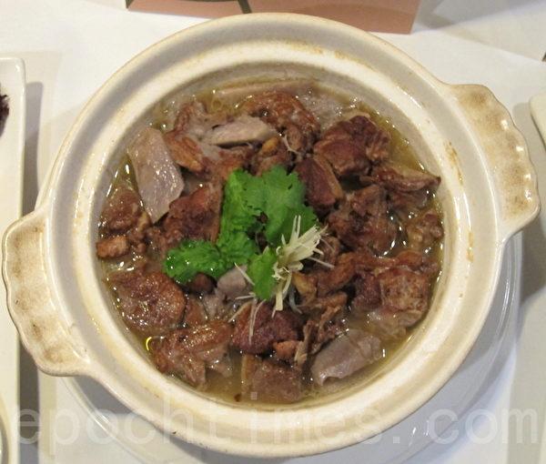 開平餐飲學校創辦人夏惠汶的芋頭鴨。(鍾元/大紀元)