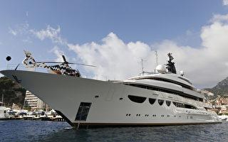 盧布重貶已導致俄國富豪不敢買豪華遊艇。圖為可停放直升機的參展豪華遊艇「Quattroelle」。(VALERY HACHE/AFP)