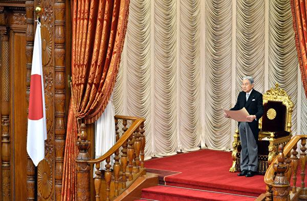 日本明仁天皇在迎来新年之际通过宫内厅发表感言,呼吁日本反省二战历史。(KAZUHIRO NOGI/AFP)