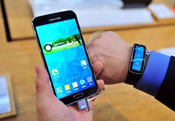 三星Galaxy S5設計採用「睛點皮革觸感」,有防指紋與不易磨損的特點,手機髒了還可以直接水洗。(AFP)