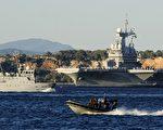 这是停靠在土伦港的戴高乐号航空母舰 (FRANCK PENNANT/AFP/Getty Images)