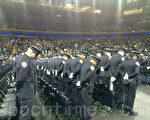 在警察学院毕业典礼上,新职警员向两名殉职警察默哀。(蔡溶/大纪元)
