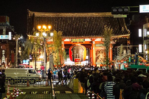 日本的新年充满了传统气氛。12月31日除夕夜,人们排长龙等待参拜神社、寺庙,祈求一年平安无事。(卢勇/大纪元)