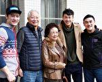 何潤東(右2)與何爸及吳大維和張勛杰出席活動,被媒體追問婚事。(達騰娛樂提供)