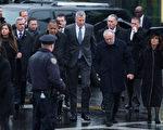 1月3日,市长白思豪,警察局长布拉顿和妻子、副局长塔克赶到布鲁克林的Aievoli殡仪馆,瞻仰遇难警官刘文建。 (Kevin Hagen/Getty Images)