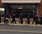 1月3日刘文健公祭,纽约警员冒雨前来送行。(大纪元)