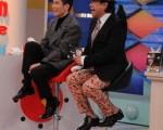 蕭敬騰被小S推上主持位,自在的拉襪子。(中天提供)