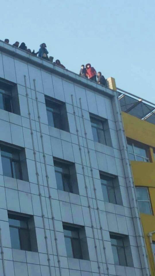 1月4日,山西朔州市和利公司非法集資案受害者12人爬上發改委大樓樓頂欲集體跳樓。(知情人士提供)