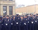 """纽约市长白思豪发言时,仍有数百人""""背对""""白思豪。(摄影:陈天成/大纪元)"""