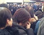 刘文健的父亲刘伟堂在爱子葬礼上发言时,数度哽咽。站在殡仪馆外通过大屏幕观看葬礼实况的一些华人也低声抽泣。(摄影:陈晓天/大纪元)