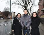 第一保健公司的销售副总裁吴烨祺(左)、亚裔市场主管王惠岳(中)和亚裔部主管高小姐(右)清早8点就提前赶到万寿殡仪馆,为刘文健送行。(蔡溶/大纪元)