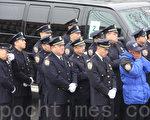 刘父沉痛的声音通过扩音器传到场外时,场外不少华裔警察不停地用白手套擦着眼角的泪水。(蔡溶/大纪元)