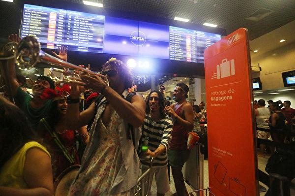 1月3日,早在官方之前,奔放的巴西人自發的在里約提前進行了一次民間的狂歡節開幕儀式。(Mario Tama/Getty Images)