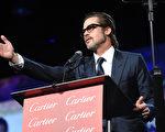2015年1月3日,棕榈泉国际电影节颁奖晚宴,制片人兼演员布拉德‧皮特在台上领唱。(Jason Merritt/Getty Images for PSIFF)