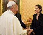 2015年1月8日,朱莉在《坚不可摧》梵蒂冈特映会上与教宗方济各会面。(AFP图片)