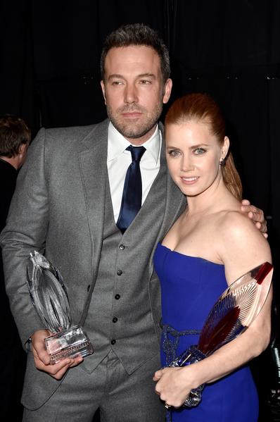 艾米.亚当斯为她在《蝙蝠侠大战超人》中的搭档本.阿弗莱克颁发了人道主义奖。(Frazer Harrison/Getty Images for The People's Choice Awards)