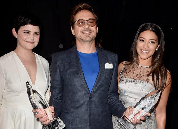 小罗伯特.唐尼与颁奖嘉宾——吉妮佛.古德温及吉娜.罗德里格兹合影。(Frazer Harrison/Getty Images for The People's Choice Awards)