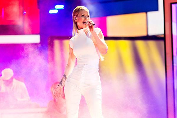 因《Fancy》一曲走红的澳洲饶舌歌手伊姬.阿洁莉亚拿下最受欢迎嘻哈歌手奖。图为伊姬在现场献唱。(Christopher Polk/Getty Images for The People's Choice Awards)