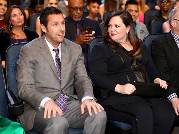 亚当.桑德勒与梅丽莎.麦卡锡分别获得最受欢迎喜剧男女演员奖。这是桑德勒连续第三年获得该奖。(Christopher Polk/Getty Images for The People's Choice Awards)