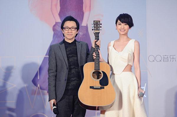 楊丞琳收下唱片公司送的禮物——吉他。(EMI提供)