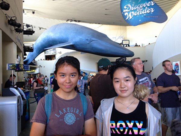 節假日時,周美麗常常帶學生們各處遊玩。圖為Dora和Connie在洛杉磯長灘水族館合影。(周美麗提供)