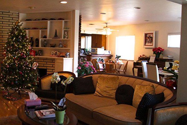 聖誕節來臨前,周美麗將自家客廳布置的很有節日氣氛。(曾妮/大紀元)