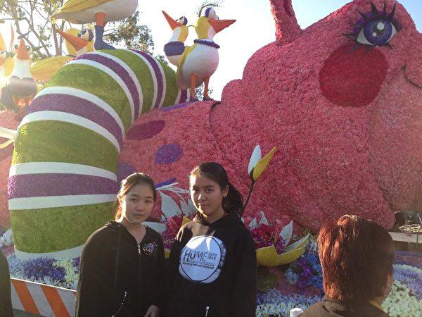 洛杉磯一年一度最盛大的玫瑰花車遊行,Dora和Connie在鮮花做成的河馬前留影。(周美麗提供)