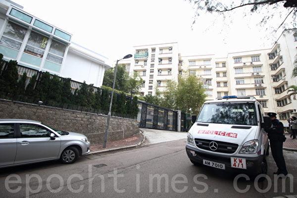 早上8时半,西九龙总区重案组约10名探员,到黎智英大宅调查。(蔡雯文/大纪元)
