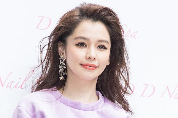 藝人徐若瑄(Vivian)1月15日在台北出席開幕活動,她說:「以前女人只要照顧好家裡,現在的女人家裡工作都要兼顧,所以特地以新歌《敬女人》獻給女人。」(陳柏州/大紀元)
