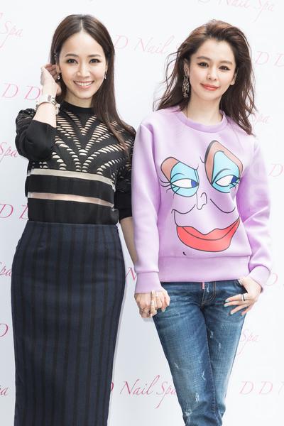 藝人徐若瑄(Vivian)(右)與侯佩岑(左)1月15日在台北出席開幕活動,晉升為人母的侯佩岑送Vivian「好孕棉」,祝她早生貴子。(陳柏州/大紀元)