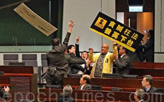 香港民主派议员批评梁振英搞文革批斗
